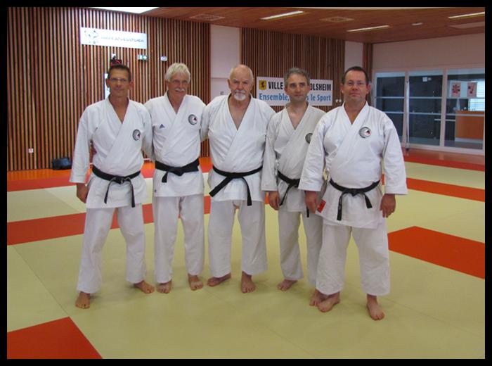 Au centre, Patrick McCarthy, puis de la gauche vers la droite, Didier SIAT, Patrick JOSEPH, Christian BONNIN, tous memebres du Dento Budo Dojo et leur Sensei Jean-Claude Bénis.