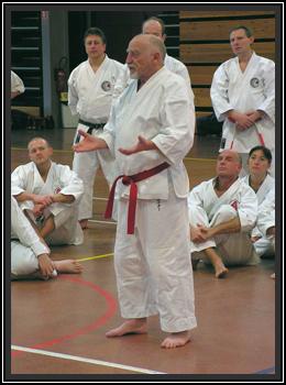 Adolphe Schneider lors d'une intervention pour éclairer son style, le Shotokai.