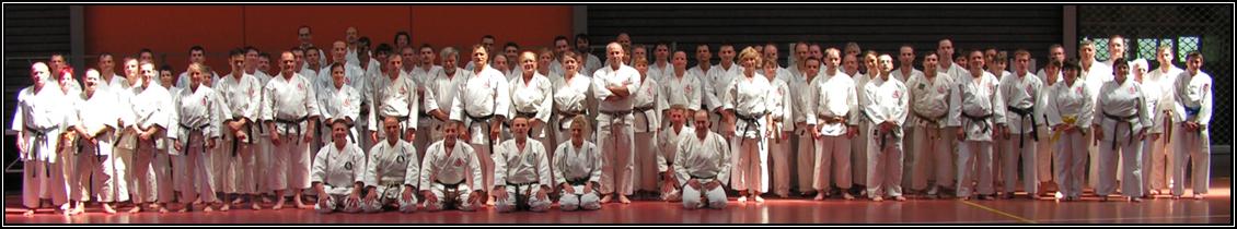 Groupe important de karatekas venant d'un peu partout.