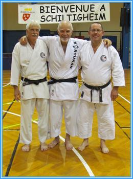 Sur la photo, au centre, O-Sensei Patrick McCarthy, entouré à gauche par Patrick JOSEPH et Jean-Claude BÉNIS à droite, tous deux du Dento Budo Dojo.