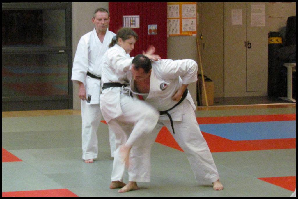 Natalia effectuant un hiza geri avec Alex HAUWAERT en arrière plan.