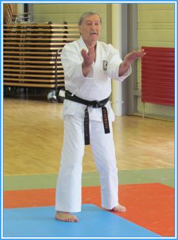 Soké Roland Habersetzer dans le kata Sanchin du Uechi-ryu.