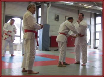 Jean-Claude BÉNIS recevant une nouvelle ceinture par le sempai Jacques FAIEFF pour son nouveau grade de 6e dan.