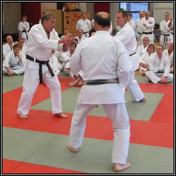 À gauche, sensei Habersetzer en kamae lors d'un sannin kumite avec deux de ses experts.