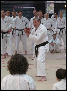 Sensei Roland Habersetzer dans l'attitude Tengu-no-kamae