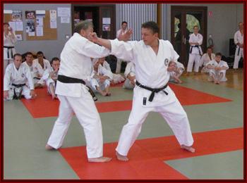 Wolfgang exécutant jodan uraken avec O-Sensei.