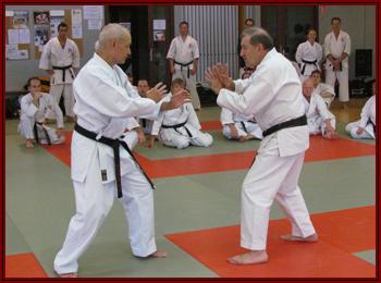 Deux sensei venant de la même source… du Gembukan de feu O-Sensei Tsuneyoshi OGURA en kamae pour une démonstration. Fruit d'une longue amitié, tellement rare aujourd'hui.