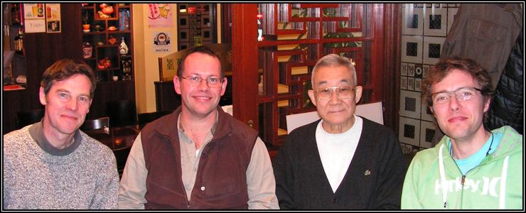 Aux extrémités, sur la gauche Philippe et sur la droite Matthieu, deux Français élèves du Gojukensha que j'ai eu le plaisir de revoir lors de ma dernière visite avec sensei Tadahiko OHTSUKA, en mars 2011.