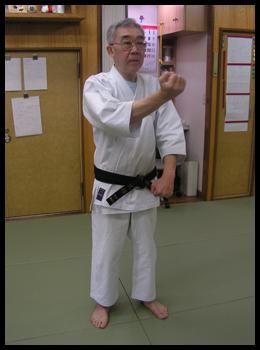 Démonstration et explication du sensei, au Gojukensha, son dojo à Tokyo.
