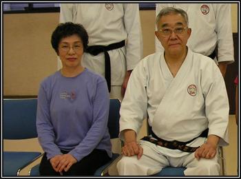 Sensei Tadahiko OHTSUKA assis à côté de sa femme.