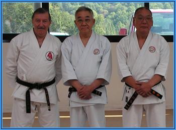 sensei Roland HABERSETZER, soké du Tengu-no-michi, Tadahiko OHTSUKA, kancho du Gojukensha et Fumimaro SUZUKI, disciple et héritier direct de sensei Yuchoku HIGA et responsable en second du Gojukensha.
