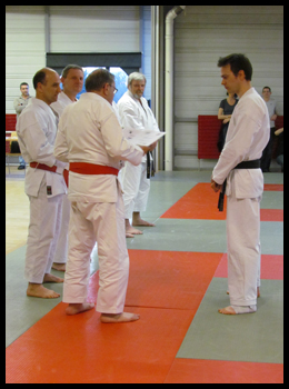 Sébastien recevant son diplôme de Sensei Roland Habersetzer.